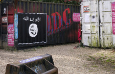 Flag of Islamic State graffiti, St.-Romain-au-Mont-d'Or, Rhone-Alpes, France (Photo credit: Thierry Ehrmann)