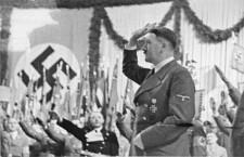 Der Führer sprach zum ganzen deutschen VolkAm Abend des historischen 30. Januar hielt der Führer im Berliner Sportpalast vor Tausenden Volksgenossen und zahlreichen Soldaten eine grosse Rede an das ganze deutsche Volk. Sie wurde zu einer schneidenden Abrechnung mit den plutokratischen Kriegstreibern und zu einem begeisterten Bekenntnis zur Grösse und Macht des nationalsozialistischen Deutschlands.- Unser Bild zeigt den Führer nach dem Betreten des Rednerpultes, wo ihm orkanartiger Jubel entgegenbrauste, der ihm zunächst minutenlang das Sprechen unmöglich machte.Scherl Bilderdienst, Berlin30.1.42